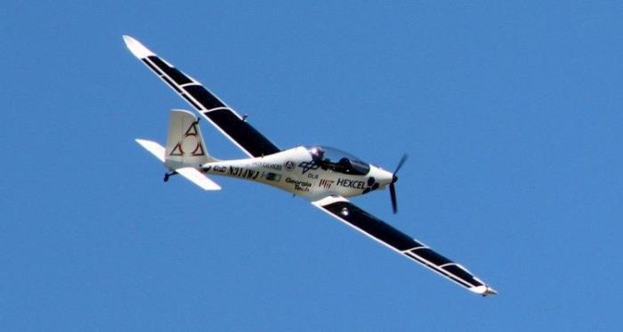 一直因为世界航行而备受关注的太阳脉冲号2(Solar Impulse 2)太阳能碳纤维复合材料单座飞机成为了上周的头条新闻,因为该飞机在准备横渡大西洋之前在在纽约进行了停留。 事实上,太阳脉冲号2并不是唯一一架上周飞跃纽约的太阳能复合材料飞机。以Calverton为原型,Luminati航空公司的VO-Substrata在长岛进行了20分钟的首次试飞,并向公众开放。这款白色的飞机以传统的太阳能电池驱动,翼展达43英尺。Luminati航空公司在复合材料方面的探索还在继续。 5月,Luminati航空公司还