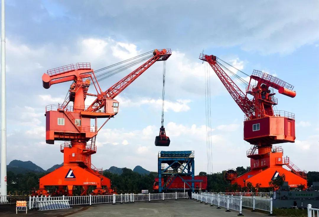 2019年元旦期间,中铝股份广西分公司平果铝那茂码头加班加点装卸